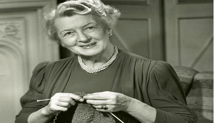 kvinne strikker